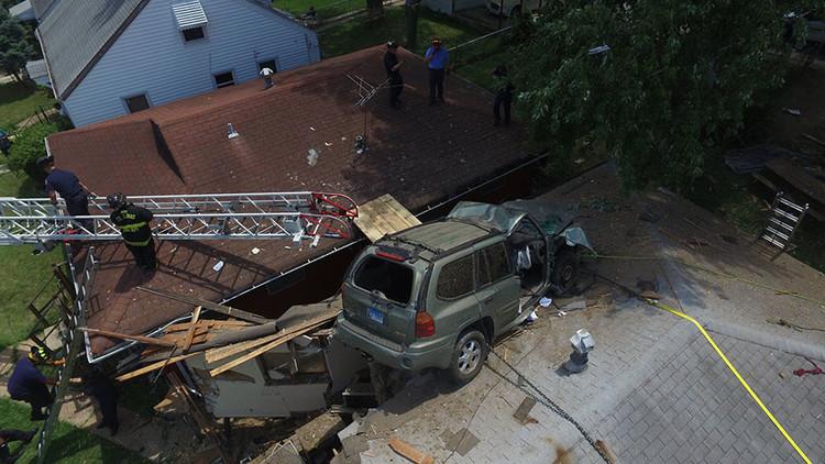 Un auto aterriza sobre una casa después de un extraño accidente en EE.UU. (videos, fotos)