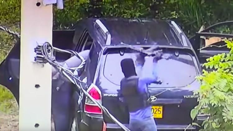 Encapuchados con rifles emboscan a policías que escoltaban un camión de valores en Colombia (VIDEO)