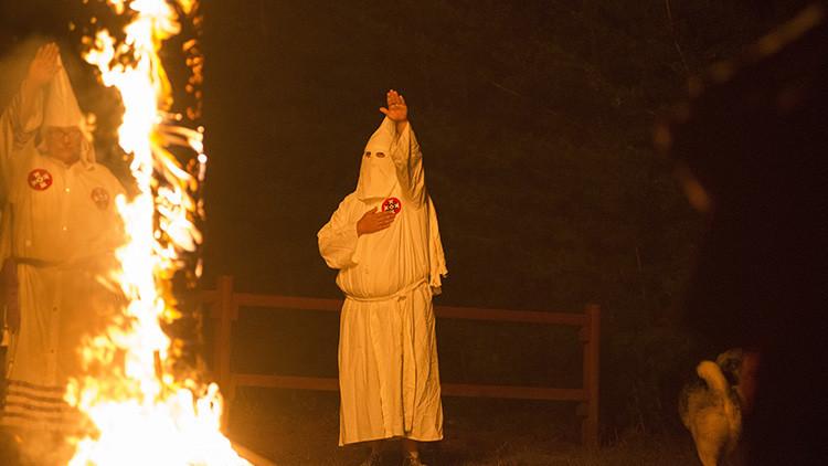 """""""Mis acciones fueron despreciables"""": el cura católico que confesó haber militado en el Ku Klux Klan"""