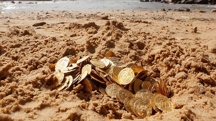 Halla monedas antiguas en el fondo marino, se las lleva y termina preso