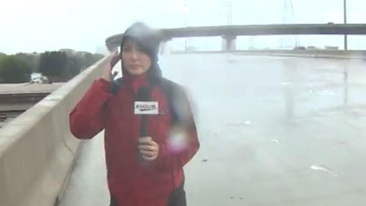 VIDEO: Una reportera salva la vida de un hombre mientras cubría el huracán Harvey