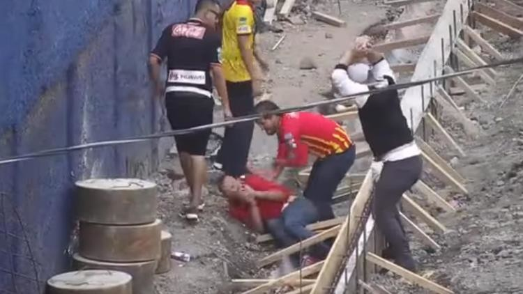 FUERTE VIDEO: Hincha intenta asesinar a otro del equipo rival con una roca durante una brutal pelea