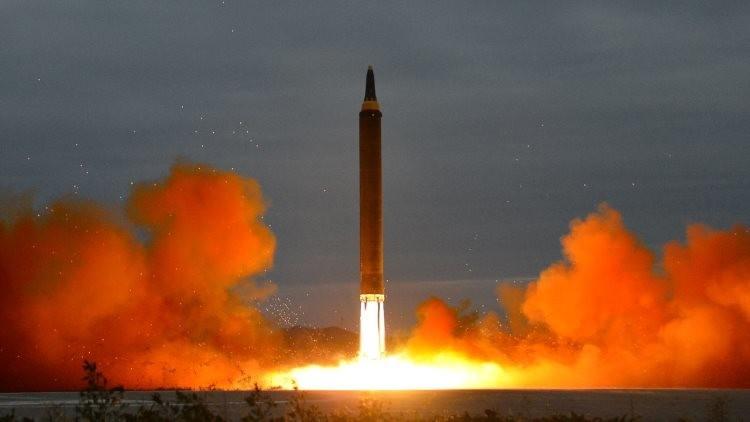 Corea del Norte difunde fotos del reciente lanzamiento de misil balístico