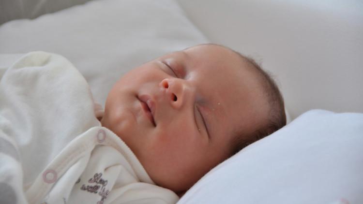 Un bebé prematuro nace en su saco amniótico en el asiento delantero de un coche (FOTO)