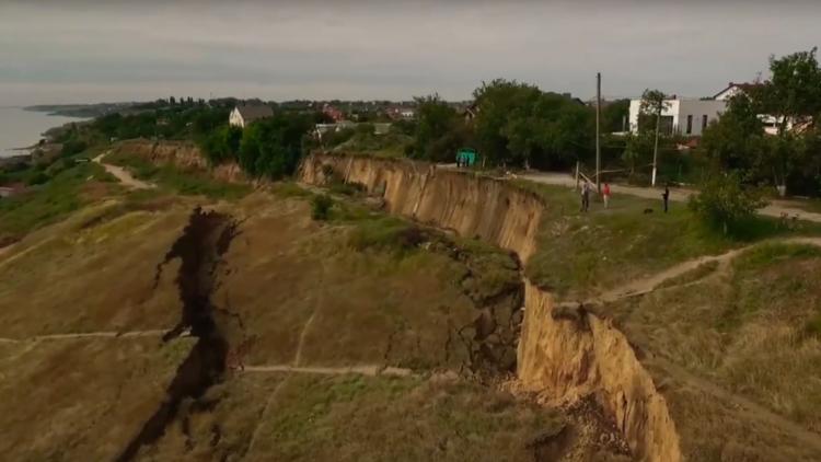 Una calle entera es engullida por un precipicio en la costa de Ucrania (VIDEO)