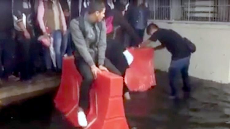 Las inundaciones en el metro de Ciudad de México agudizan el ingenio