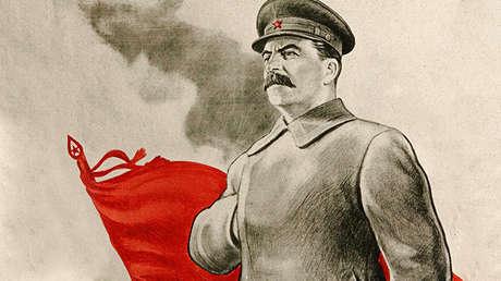 Un afiche que reza: 'Stalin nos lleva a la victoria', 1943