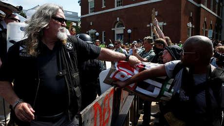 Enfrentamiento entre supremacistas blancos y contramanifestantes en Charlottesville.