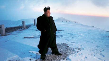 El líder norcoreano, Kim Jong-un, en la cima del monte Paektu, 18 de abril de 2015.