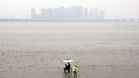 Grupo de personas pescando en el Río Qiantan en Hangzhou, provincia de Zhejiang, China, el 21 de abril de 2017.