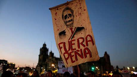 Un cartel contra el presidente mexicano Enrique Peña Nieto durante una protesta contra la subida de precios del combustible en la Ciudad de México, el 9 de enero de 2017.