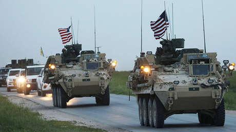 Vehículos militares estadounidenses y combatientes kurdos de la Unidad de Protección del Pueblo (YPG por sus siglas en inglés) en la ciudad de Darbasiya junto a la frontera turca, Siria 28 de abril de 2017.