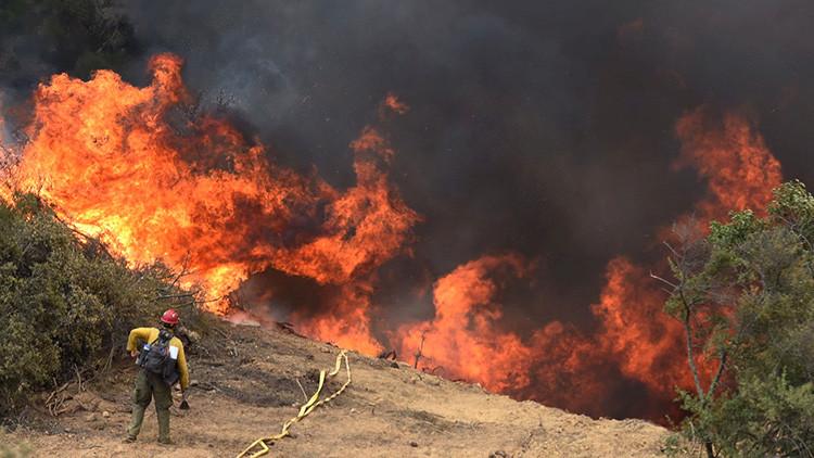 El espectáculo debe continuar: golfistas siguen jugando pese a un enorme incendio forestal (FOTO)