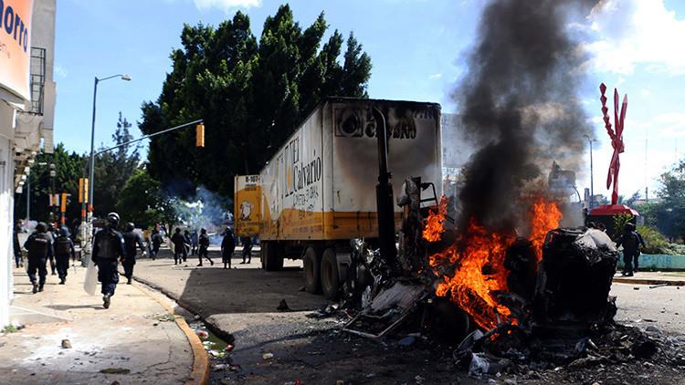 Policías y maestros se enfrentan en Oaxaca durante visita de Peña Nieto