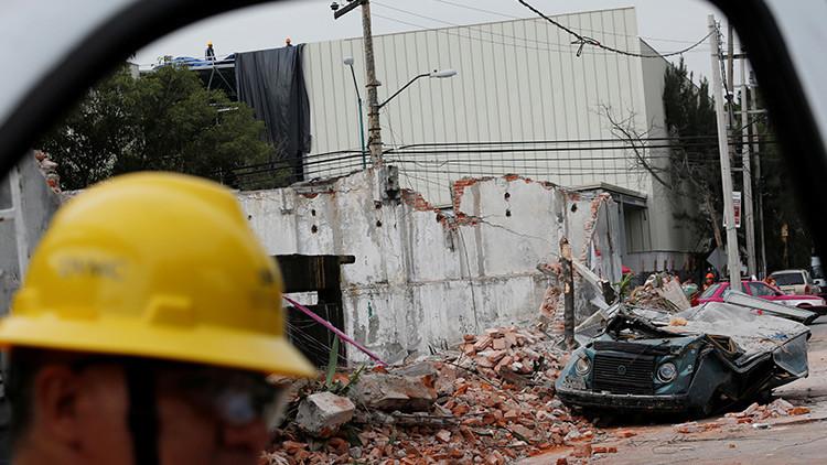 No todos los héroes usan capas: Un mexicano izó la bandera del país tras el terremoto (VIDEO)
