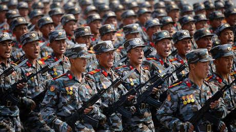 Soldados norcoreanos marchan durante un desfile militar.