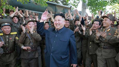 Kim Jong-un supervisa el lanzamiento del misil de medio alcance Pukguksong-2, foto sin fecha publicada el 22 de mayo de 2017.