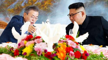 El presidente surcoreano, Moon Jae-in, y el líder de Corea del Norte, Kim Jong-un, en el restaurante Okryugwan de Pionyang, Corea del Norte, el 19 de septiembre de 2018.