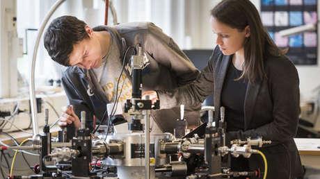 Los físicos Tim Cornelissen y Indre Urbanavicuite en un laboratorio de la Universidad de Linkoping