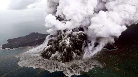Vista aérea del volcán Anak Krakatoa durante una erupción en el estrecho de la Sonda en Indonesia, el 23 de diciembre de 2018.