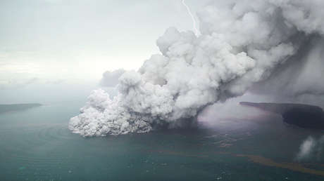Vista aérea del volcán Anak Krakatoa durante una erupción en el estrecho de la Sonda en Lampung (Indonesia), el 23 de diciembre de 2018.
