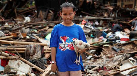 Una niña en medio de los escombros en un área afectada por el tsunami en la provincia indonesia de Banten, el 27 de diciembre de 2018.