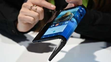 El 'smartphone' plegable Royole FlexPai durante la feria internacional de tecnología Consumer Electronics Show 2019, (Nevada, EE.UU.), 8 de enero de 2019.