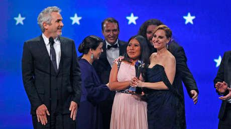 El Director Alfonso Cuarón y la actriz Yalitza Aparicio en la entrega de los Premios Critics Choice Awards, en Santa Mónica, California, EE.UU., 13 de enero de 2019.