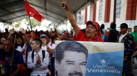 Partidarios del presidente de Venezuela, Nicolás Maduro, en las afueras del Palacio de Miraflores en Caracas, el 26 de enero de 2019.