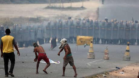Varias personas tiran piedras a los miembros de la Guardia Nacional Bolivariana, 24 de febrero de 2019