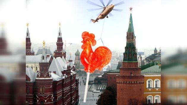 """Un gran gallo de """"piruleta"""" en el centro de Moscú"""