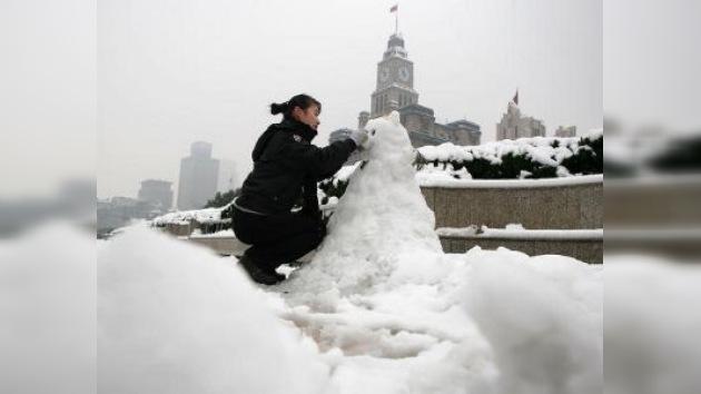 La abundante capa de nieve salva la vida de una china