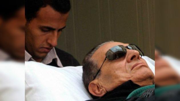 """Mubarak, """"un hombre justo y no un tirano"""", en la camilla ante el tribunal"""