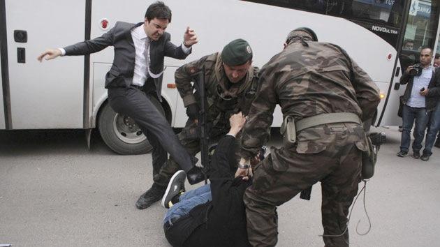 La imagen de un asesor de Erdogan golpeando a un manifestante incendia la Red