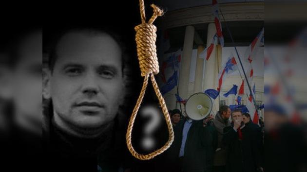 Hallan ahorcado a periodista opositor bielorruso