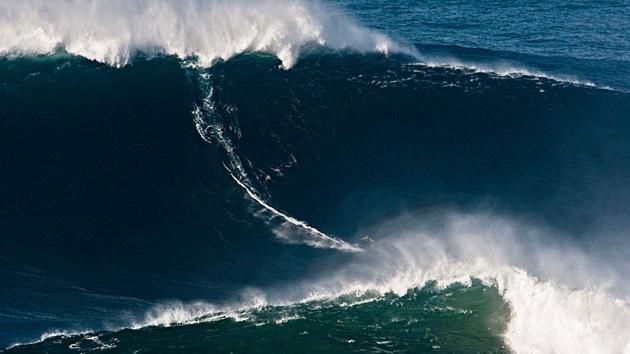 Un surfista 'doma' una ola de 30 metros y establece un nuevo récord