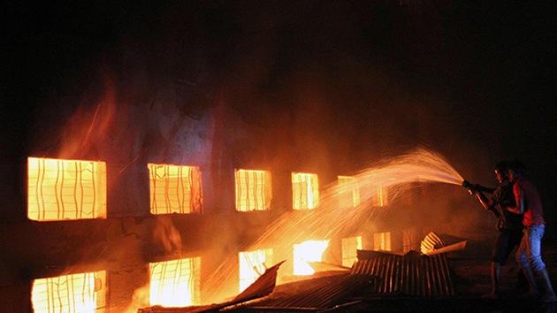 Video, Fotos: Más de 100 muertos en el incendio de una fábrica de ropa en Bangladés