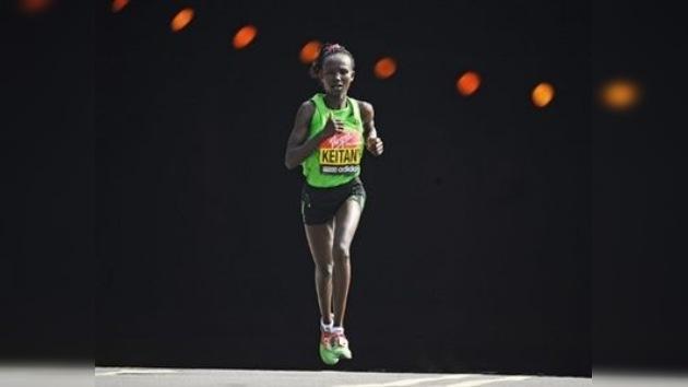 Keniatas ganan Maratón de Londres 2011