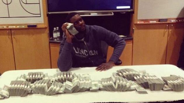 Jugador de la NBA difunde una foto rodeado con los fajos de billetes de su enorme salario