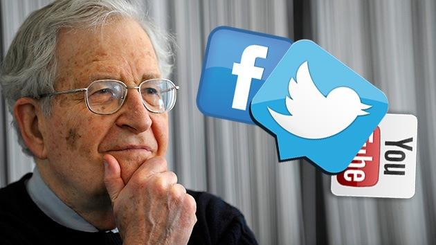 Chomsky habla sobre cómo internet nos degrada y sobre los 'amigos' de Facebook