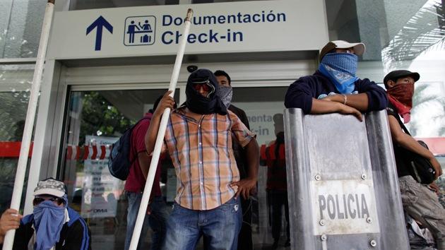 Video: Manifestantes mexicanos golpean brutalmente a un policía en Acapulco