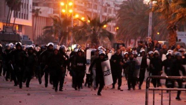 Egipto: Gas lacrimogéno contra los familiares de civiles muertos que se manifiestan frente al tribunal
