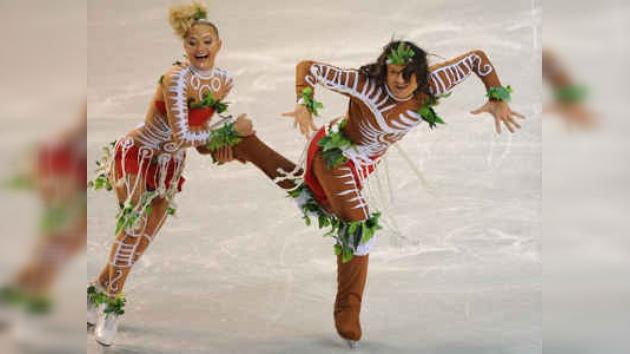 Aborígenes hacen quitarse sus trajes a campeones de patinaje artístico