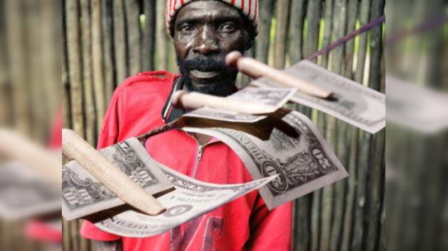 En Zimbabue lavan el dinero con agua y jabón