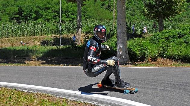 VIDEO: El 'F1 humano' bate récord de velocidad sobre una patineta