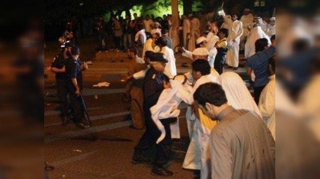 Miles de kuwaitíes entraron en el Parlamento por fuerza