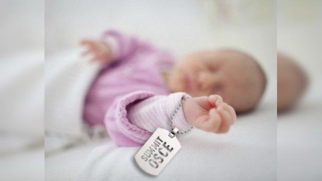 Un niño recibe su nombre gracias a la Cumbre de la OSCE