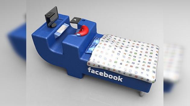 Encamado con Facebook: diseñan un mueble para acostarse sin dar la espalda a la red social