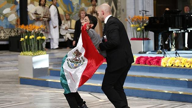 Video: Joven irrumpe con una bandera mexicana en la entrega del Nobel de la Paz