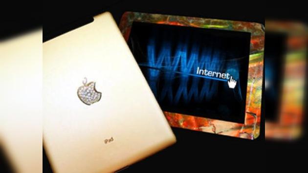 Stuart Hughes presenta su nuevo ingenio, un híbrido de iPad2 con tiranosaurio y ammolita
